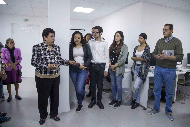 Doctora Cristina Cortinas de Nava, exacadémica de la UNAM, reunida con su equipo colaborador.