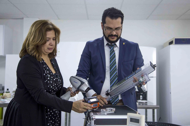 Doctora Blanca Ramírez Hernández, responsable del laboratorio y doctor Javier García de Alba Verduzco, profesor del Departamento de Ecología, revisando los nuevos equipos innovadores.