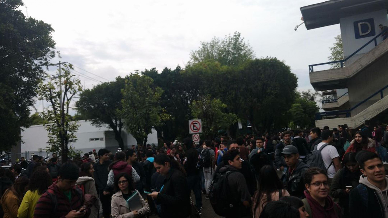 La Comunidad universitaria de CUCEA durante la evacuación por el sismo