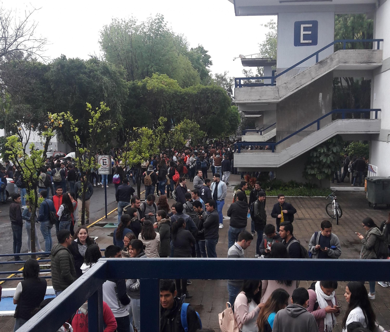 Los estudiantes esperaron en los jardines contiguos a los edificios del CUCEA