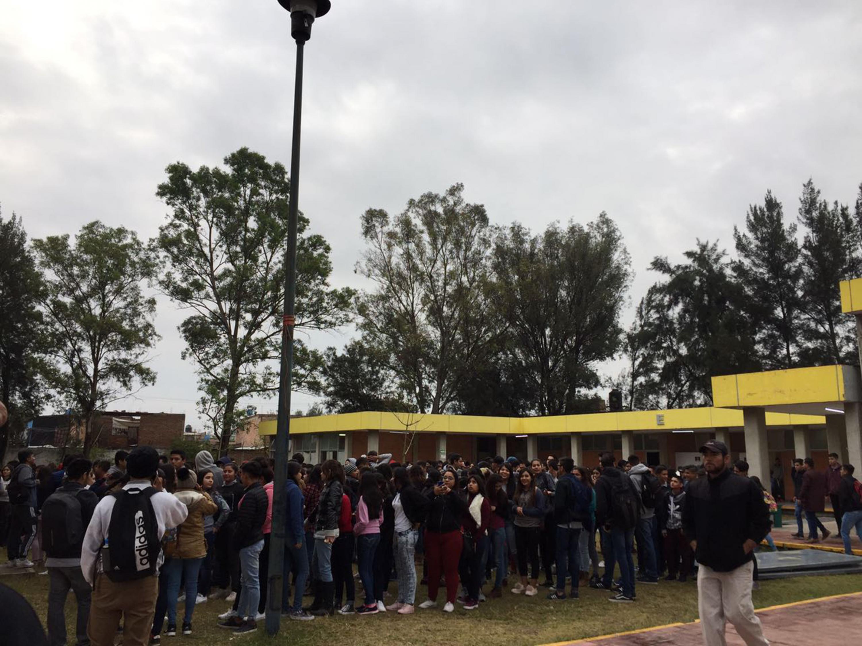 Alumnos de un plantel universitario que fueron evacuados despues del sismo