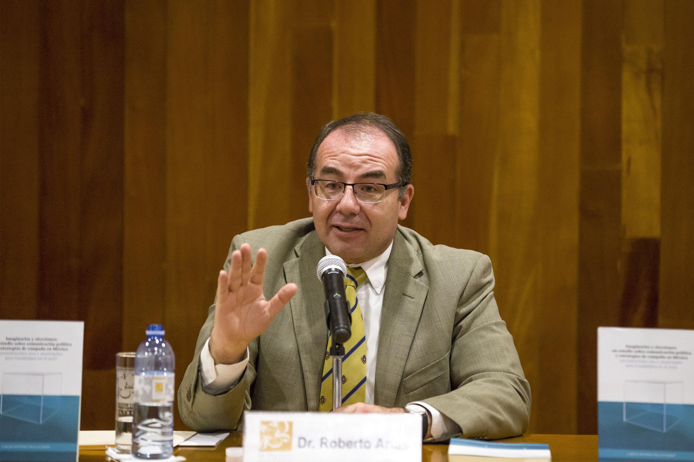 El doctor Arias moderó la mesa de presentación. Aquí habla desde el presidium