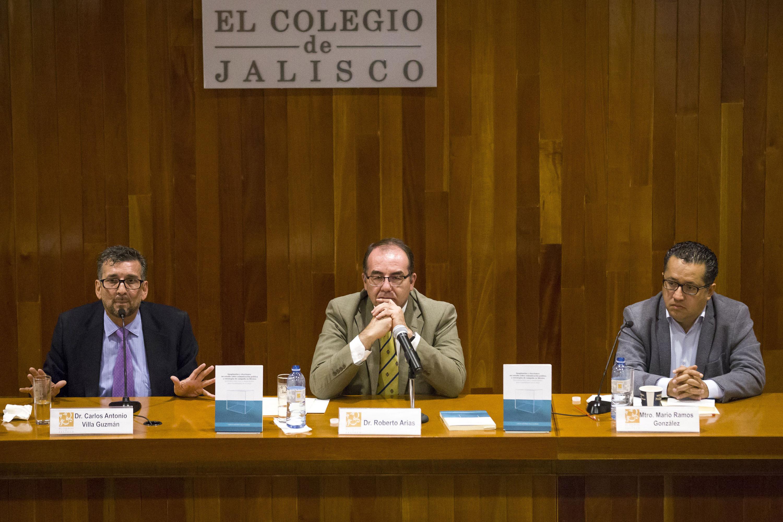 Los tres presentadores desde la mesa de presidium en el auditorio de El Colegio de Jalisco