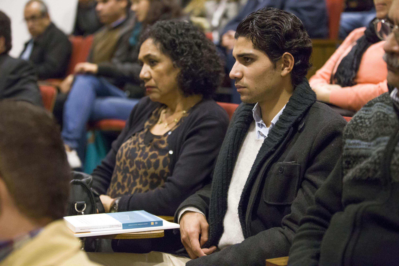 Una señora y un joven que formaban parte del público escuchando la presentación