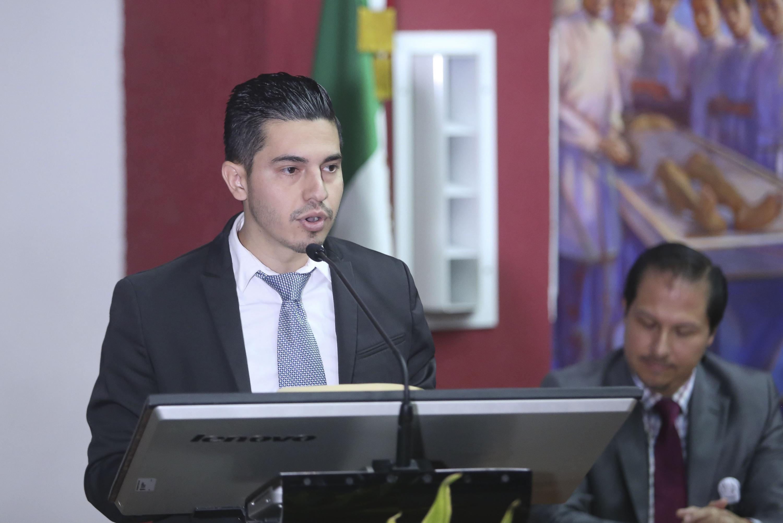 Un joven egresado de la generación habló desde el podium durante la ceremonia