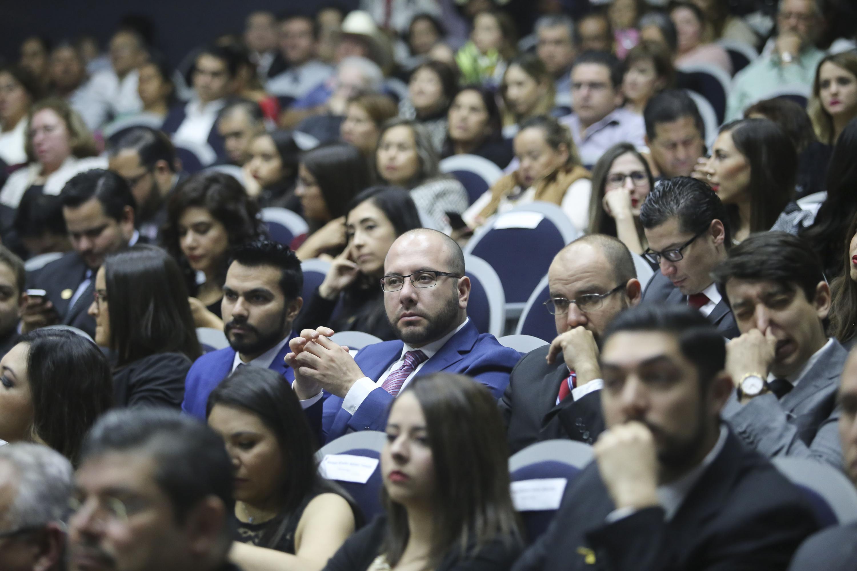 Vista de los asistentes al acto académico que llenaron el auditorio