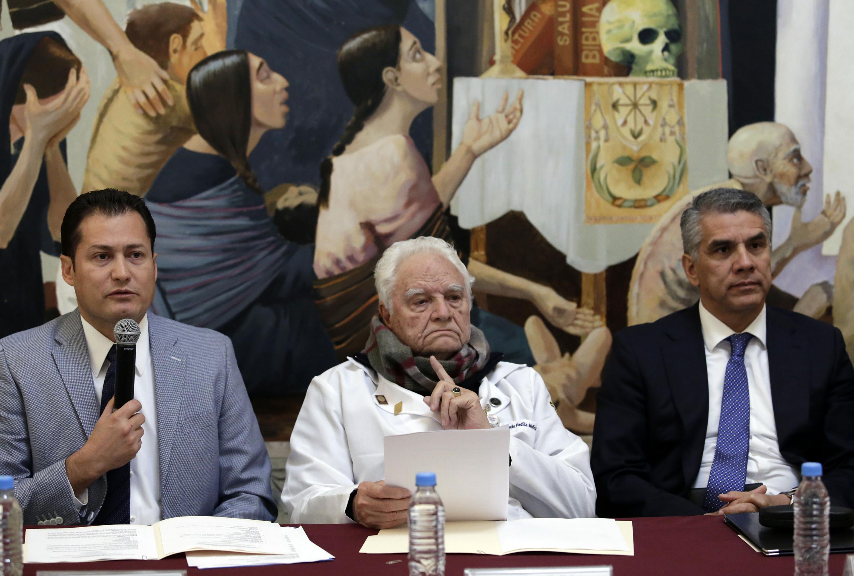 """Doctor Rafael Santana Ortiz, Jefe del Servicio de Cirugía Pediátrica del """"Fray Antonio Alcalde"""", haciendo uso de la palabra en rueda de prensa"""