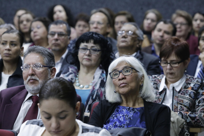 Asistentes al informe del rector escuchando desde su butaca