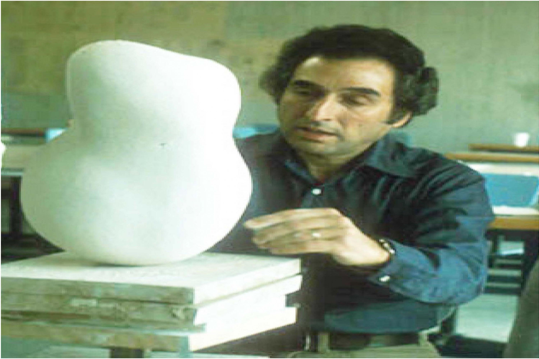 Maestro Gerald Gulotta, precursor de la carrera de Diseño Industrial de la UdeG, moldeando figura plástica.