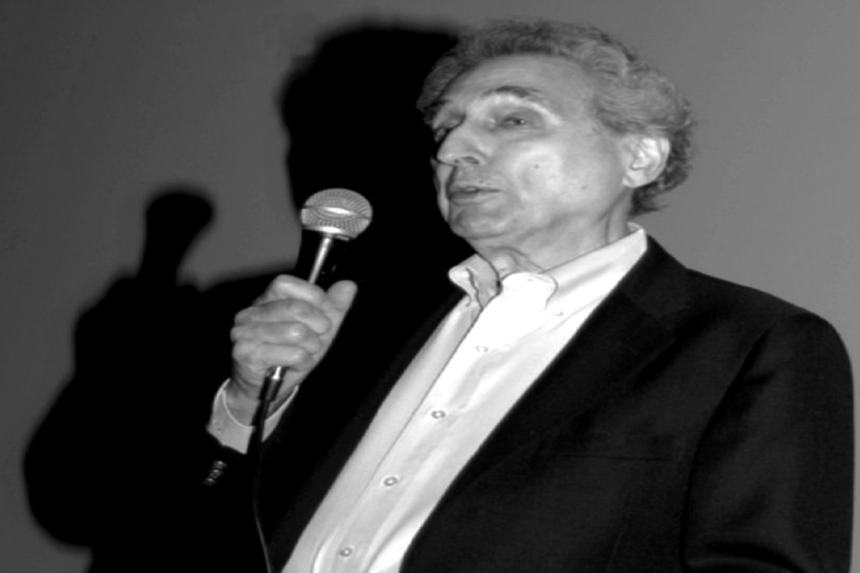 Maestro Gerald Gulotta, con micrófono en mano haciendo uso de la palabra.