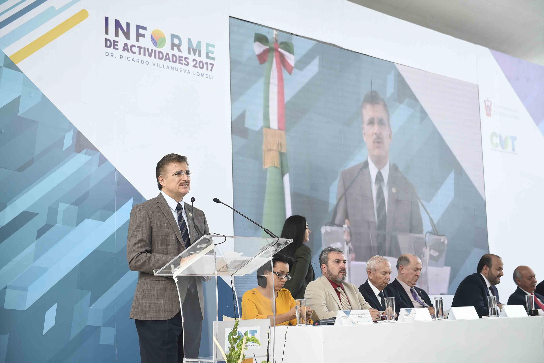 El rector general habló al micrófono desde el podium durante el acto oficial
