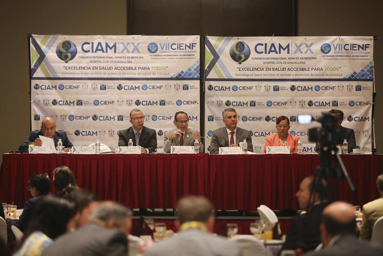 Doctor Héctor Raúl Pérez Gómez, Director General del OPD Hospital Civil de Guadalajara (HCG), hablando frente al  micrófono en rueda de prensa