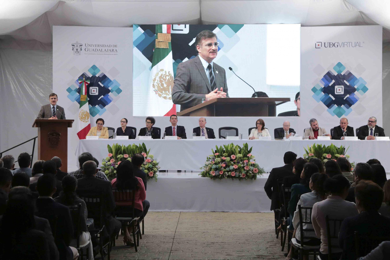 Rector General de la Universidad de Guadalajara (UdeG), maestro Itzcóatl Tonatiuh Bravo Padilla, en podium del evento, haciendo uso de la palabra.