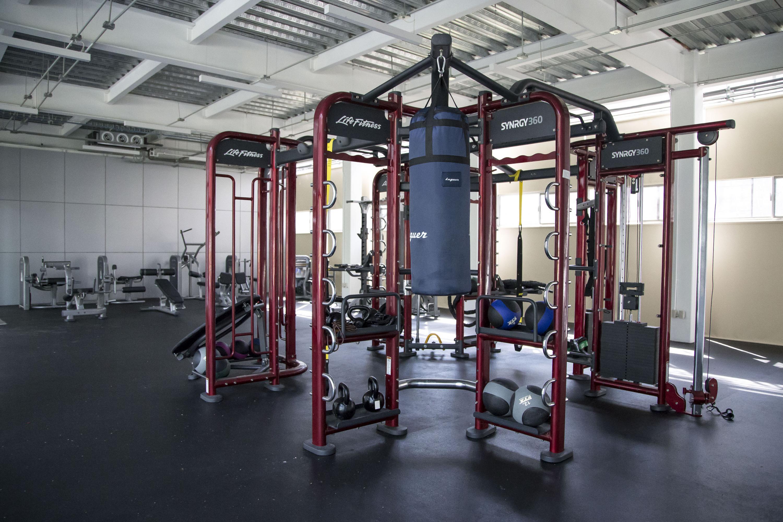 Estación SYNRGY360 es un equipo de entrenamiento en el que pueden hacer ejercicio varias personas a la vez