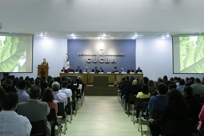 Rector General de la Universidad de Guadalajara (UdeG), maestro Itzcóatl Tonatiuh Bravo Padilla, haciendo uso de la palabra durante el informe de actividades del doctor Carlos Beas Zarate