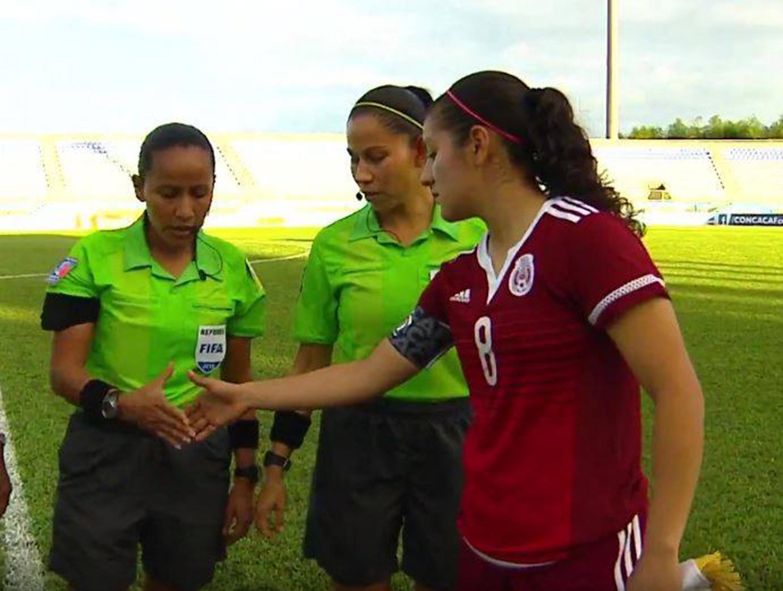 Alexia Delgado Alvarado, estudiante de UDGVirtual y miembro de la selección femenil mexicana categoría Sub-20, comenzando partido con el saludo de los árbitros.