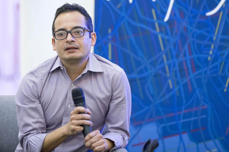 Invitado participante, con micrófono en mano, haciendo uso de la palabra.
