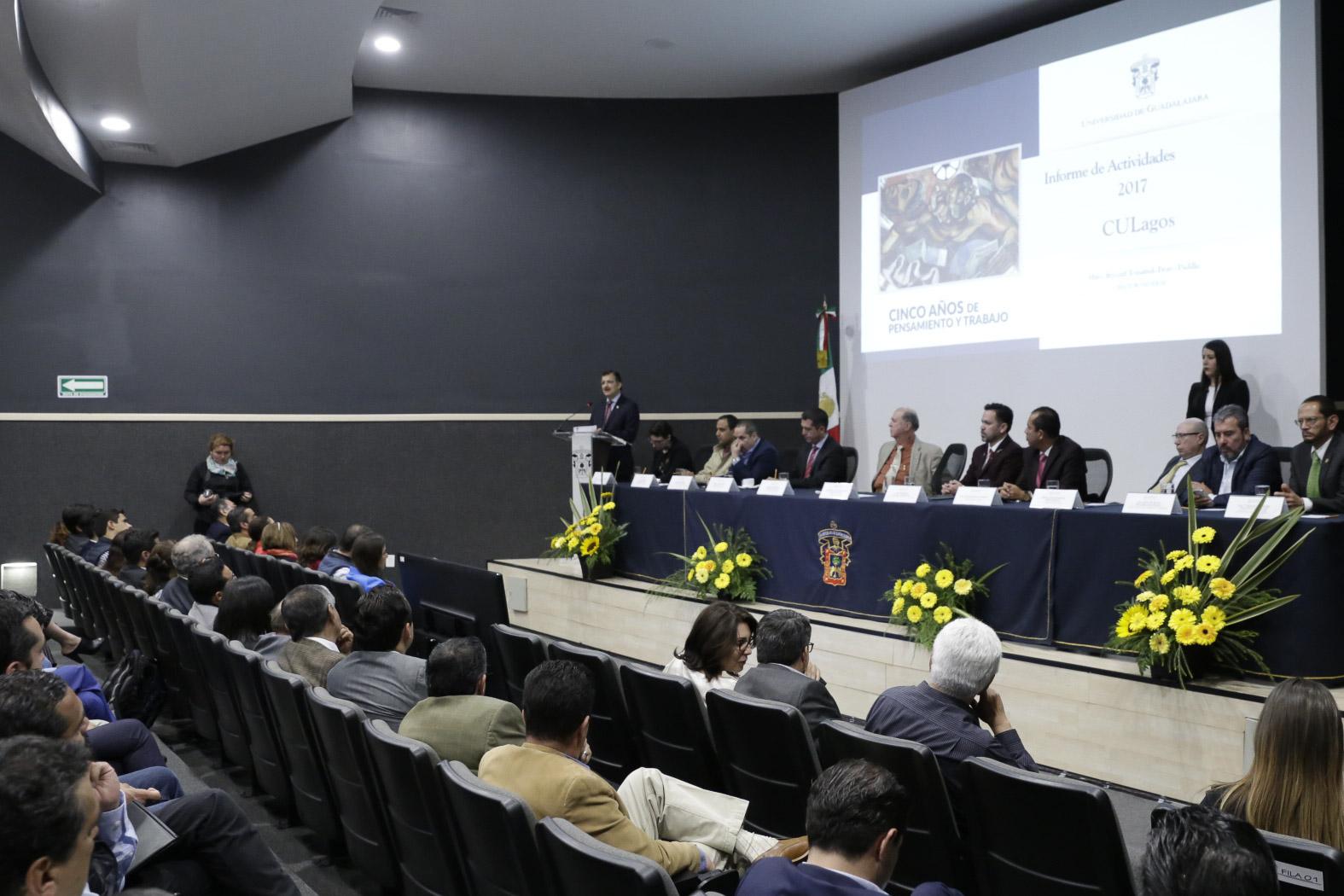 El rector general, maestro Tonatiuh Bravo Padilla se dirigio a los asistentes desde el podium