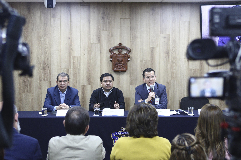 Doctor Eduardo Gómez Sánchez, autoridad representante del CUCS, con micrófono en mano haciendo uso de la voz.