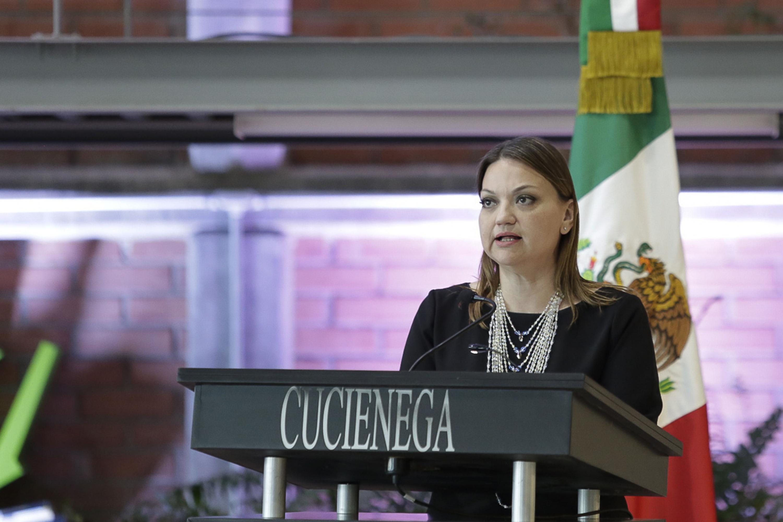 Maestra María Felícitas Parga Jiménez, Rectora del Centro Universitario de la Ciénega (CUCiénega), haciendo uso de la palabra