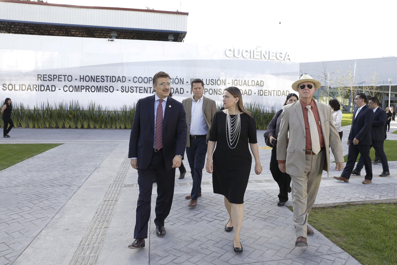 Rector General de la UdeG, maestro Itzcóatl Tonatiuh Bravo Padilla, y la Maestra María Felícitas Parga Jiménez, recorriendo las instalaciones del CUCiénega