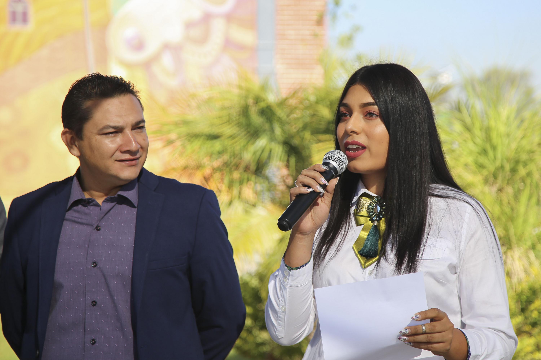 Secretaria Académico del CUTonalá, maestra Martha Alejandra Gutiérrez Gómez; con micrófono en mano, haciendo uso de la palabra, en acto inagural.