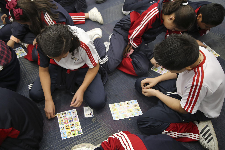 Alumnos de educación básica jugando loteria en CIAM 2018
