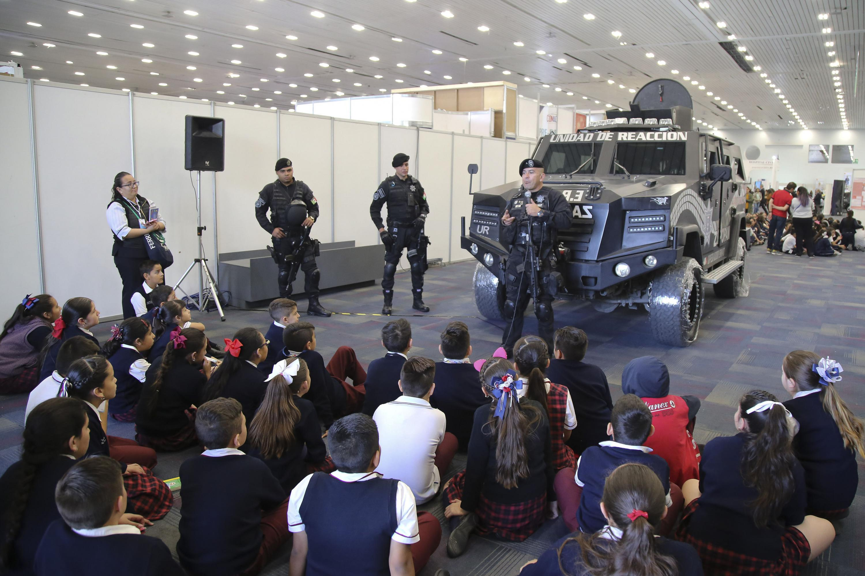 Elementos de seguridad impartiendo unas charla a los estudiantes