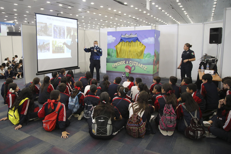 Estudiantes de primaria escuchan a un oficial en el taller Aprende a Cuidarte