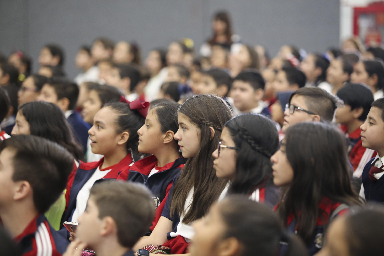 Alumnas en el auditorio durante la demostración del Escuadron canino