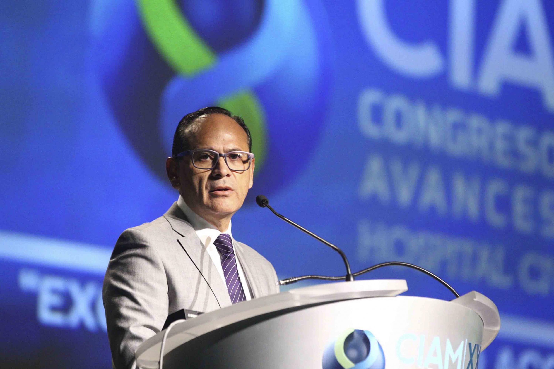 El doctor Perez Gomez se encargo de presentar al ministro José Ramón Cossío Díaz en CIAM 2018