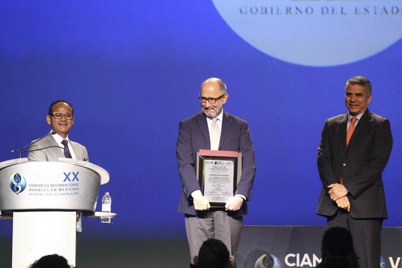 José Ramón Cossío Díaz sosteniendo el reconocimiento entregado por su participacion en CIAM 2018