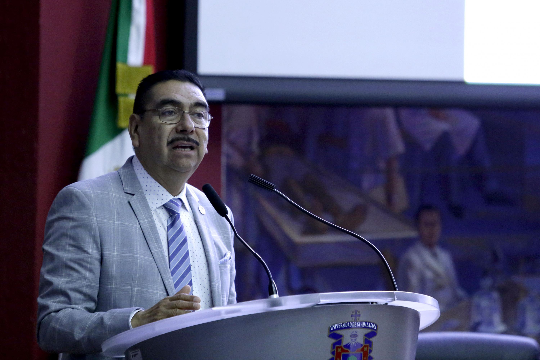 Dr. Francisco Cadena Santos habló desde el podio a los presentes