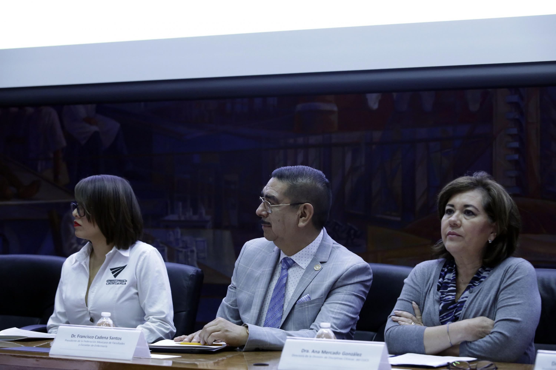 El Dr. Cadena Santos y la Dra Mercado Gonzalez sentados en la mesa de presidio