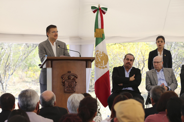 Rector General de la UdeG, maestro Itzcóatl Tonatiuh Bravo Padilla, en podium del evento haciendo uso de la palabra, durante ceremonia de inaguración del Parque Botánico de la Universidad de Guadalajara en el predio El Disparate.