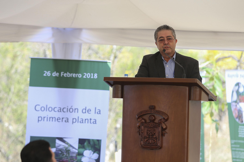 Rector del CUCBA, doctor Carlos Beas Zárate; en podium del evento haciendo uso de la palabra.