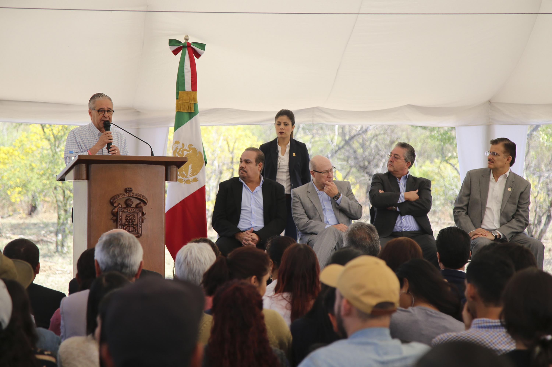 Presidente Municipal de Guadalajara, licenciado Juan Enrique Ibarra Pedrosa; en podium del evento haciendo uso de la palabra.