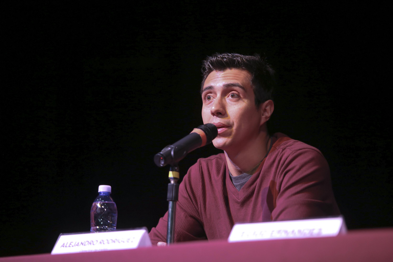 """Alejandro Rodríguez, director de la obra de teatro """"Exilio, déjate caer"""", participando en rueda de prensa."""