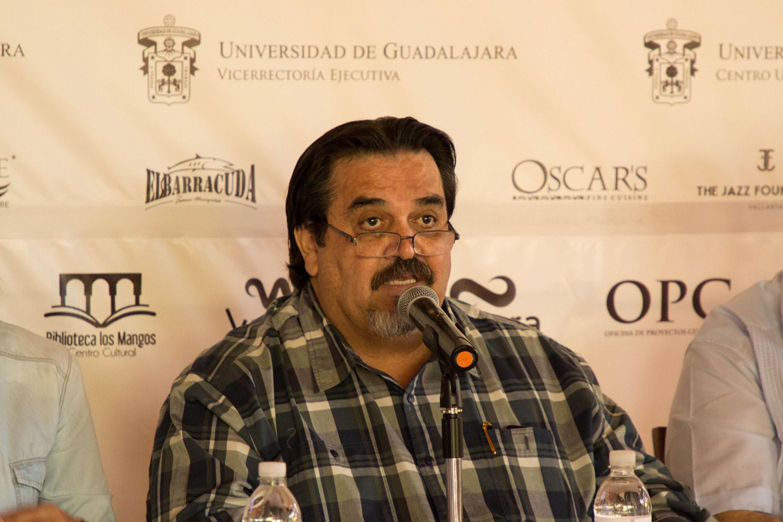 Dr. Marco Antonio Cortes Guardado - rector del CUCOSTA - hablando al microfono