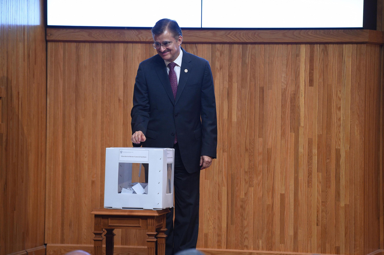 Rector General, maestro Itzcóatl Tonatiuh Bravo Padilla, emitiendo su voto en la urna establecida para su renuncia por solicitud propia.