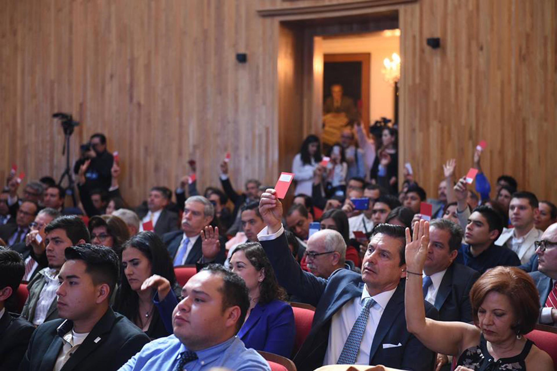 Miembros del Consejo General Universitario de la Universidad de Guadalajara, en sesión extraordinaria emitiendo su voto por la separación definitiva del cargo de Rector General, presentada por el maestro Itzcóatl Tonatiuh Bravo Padilla.