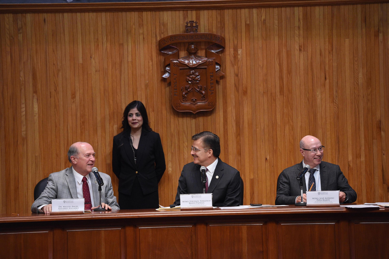 Doctor Miguel Ángel Navarro Navarro, Vicerrector Ejecutivo, haciendo uso de la palabra ante el Rector General, maestro Itzcóatl Tonatiuh Bravo Padilla.