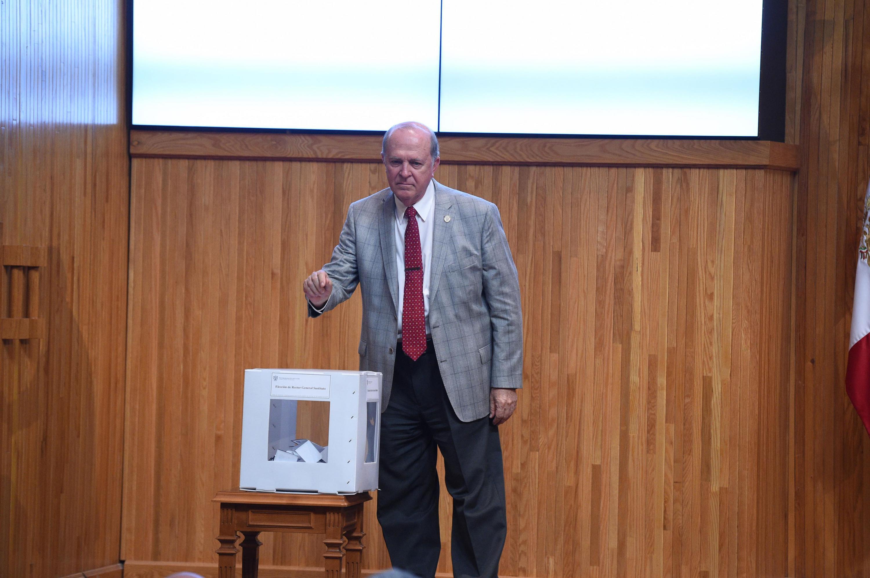Doctor Miguel Ángel Navarro Navarro, emitiendo su voto en la urna establecida en el Paraninfo Enrique Díaz de León, durante sesión extraordinaria.