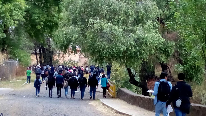 Estudiantes del Centro Universitario de Arte, Arquitectura y Diseño (CUAAD) y del Centro Universitario de los Altos (CUAltos), realizando estudio de campo sobre el río Tepatitlán.