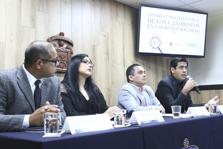 Maestro Ricardo Rodríguez, miembro del cuerpo académico de Estudios y Retos de la Ciencia del Derecho, del CUTonalá, con micrófono en mano haciendo uso de la palabra, durante rueda de prensa.