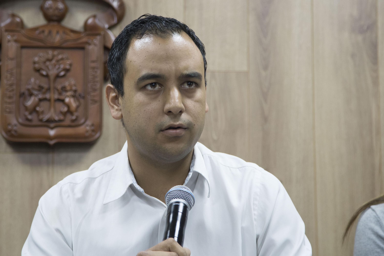 Jesús Arturo Medina Varela Presidente de la FEU hablando al microfono