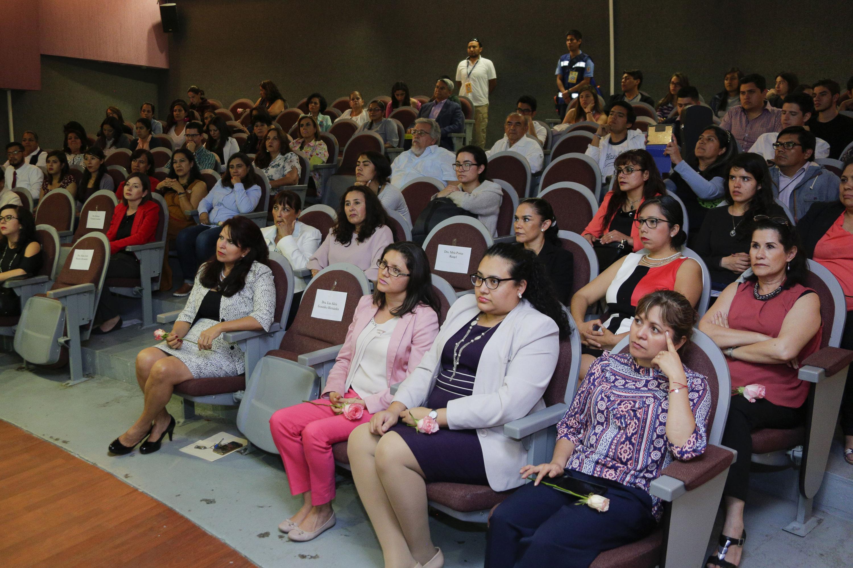 Audiencia del evento de reconocimiento de las academicas destacadas en CUCS.