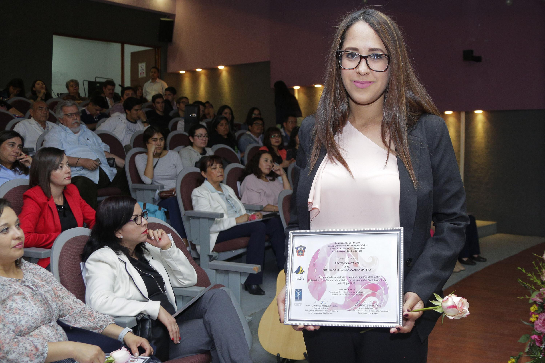 La Dra. Diana Celeste Salazar Camarena, Investigadora de Odontología para la Preservación de la Salud, mostrando su reconocimiento.