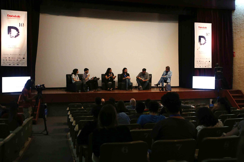 Miembros del presídium participando en el DocuLab (Laboratorio de Documentales).