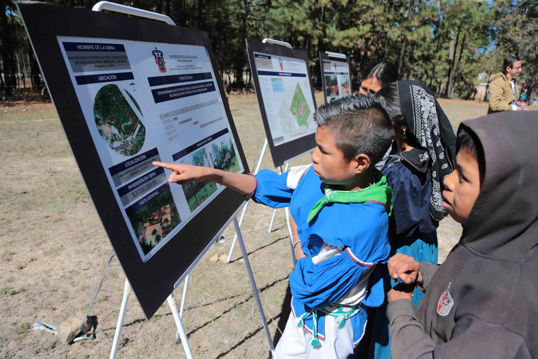 Niños de la comunidad wixárika, observando la ficha técnica del proyecto Bachillerato Intercultural Tecnológico.
